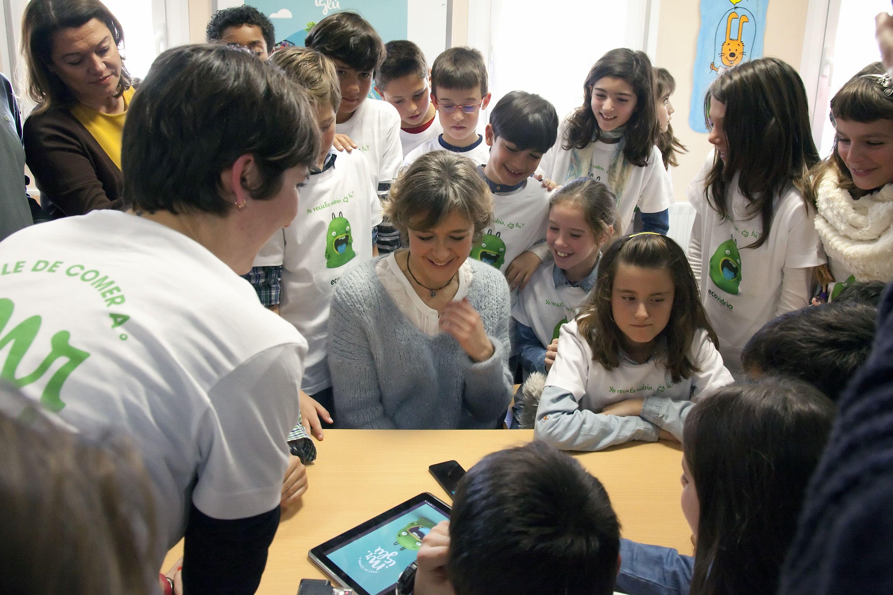 La Ministra de MAGRAMA, Isabel Garcia Tejerina con los niños
