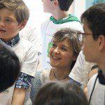 La Ministra atenta al taller con los niños