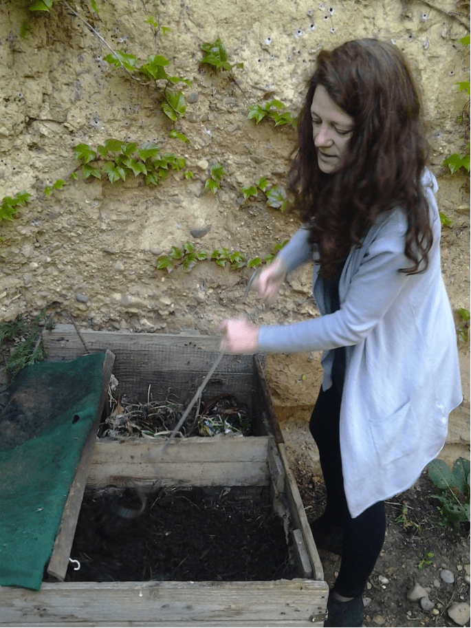 Marieta compostando residuos