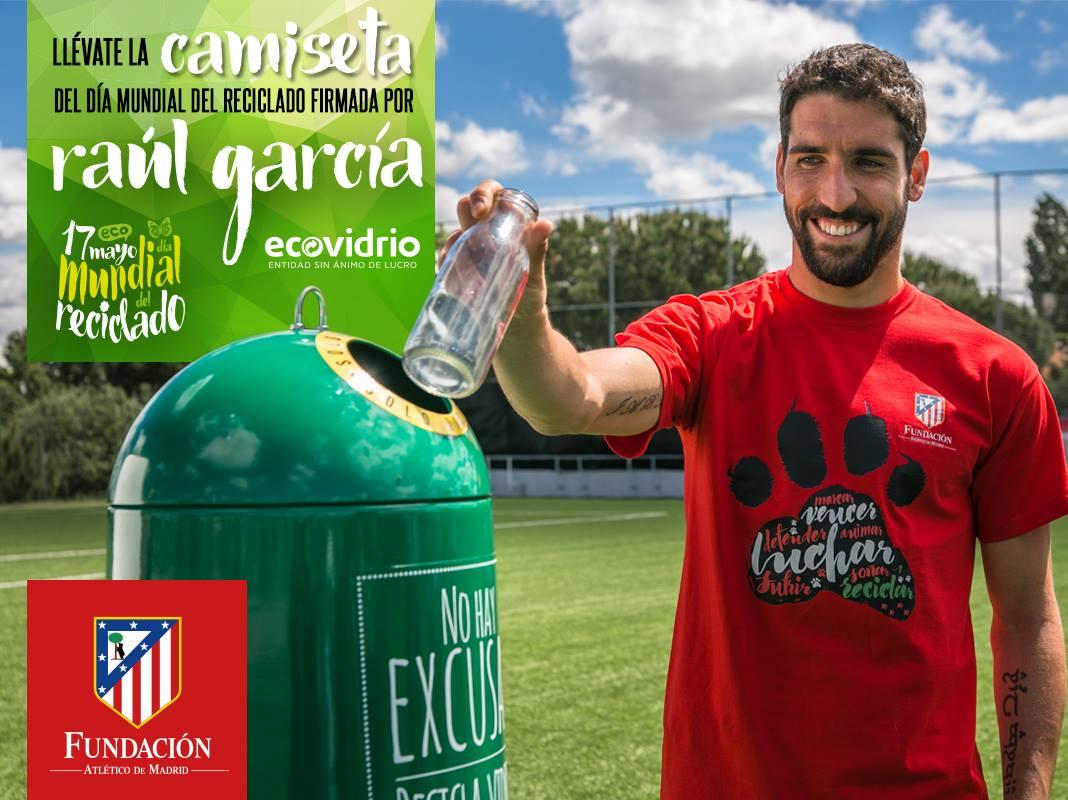 El jugador Raúl García, del Atlético de Madrid, fomenta el reciclaje de vidrio