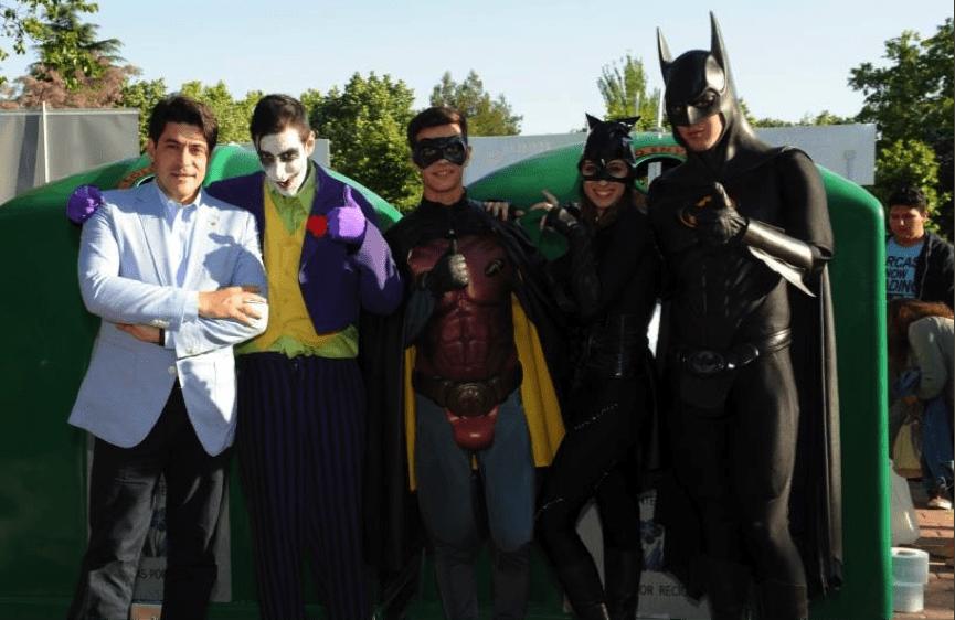 Joker Robin Catwoman y Batman animando a reciclar vidrio