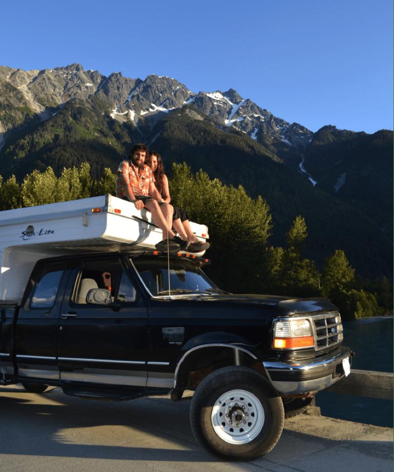 Carola y Victor sobre su camioneta que funciona con aceite reciclado
