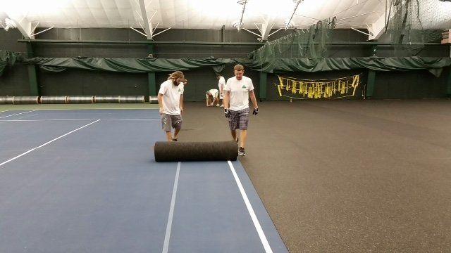 pista de tenis hecha con pelotas recicladas
