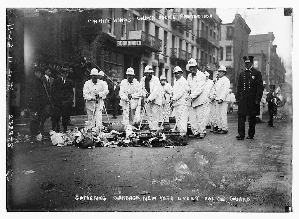 """Los """"white wings"""", la brigada de limpieza neoyorkina del Coronel Waring"""