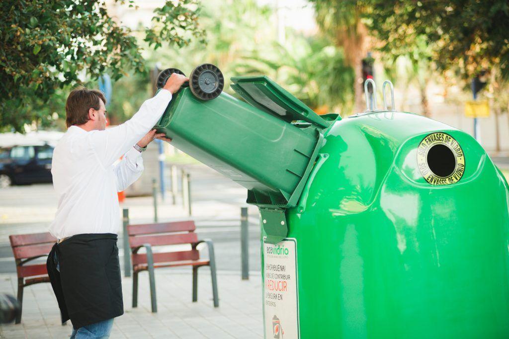 Hosteleros reciclando envases de vidrio en verano