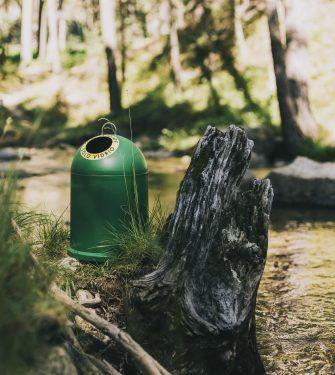 contenedor verde en la naturaleza
