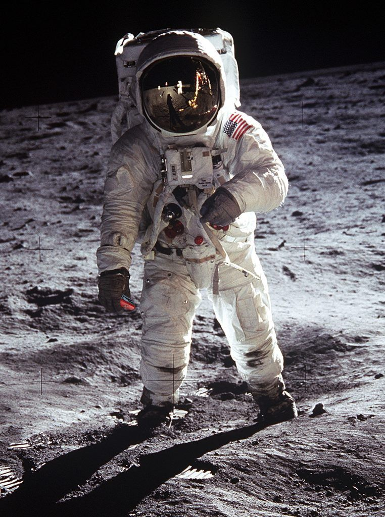 Tecnología y reciclaje - Astronauta Pisando la Luna