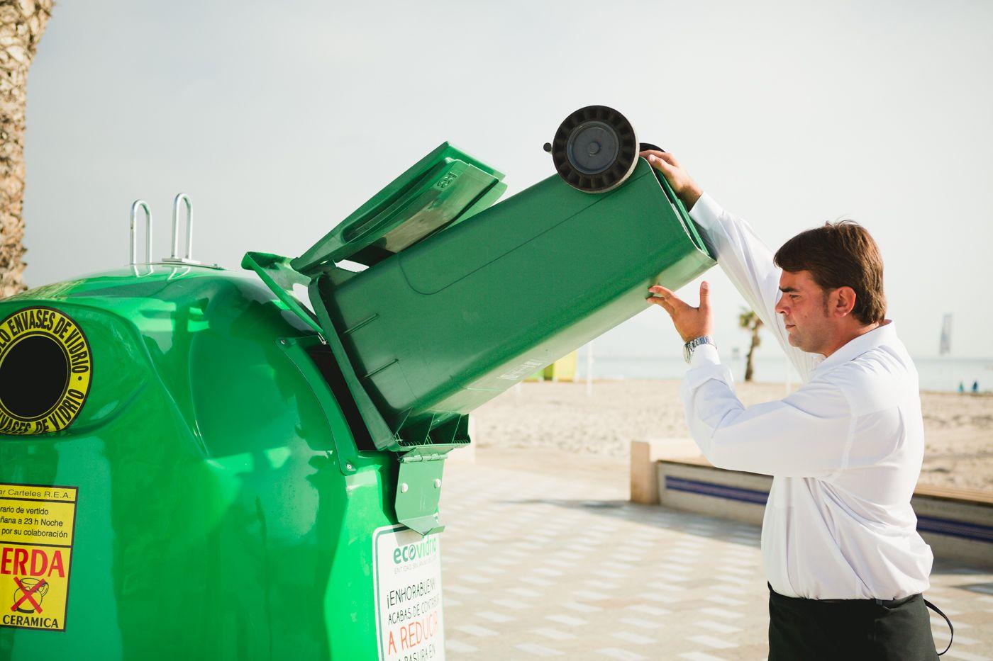 hosteleros reciclando vidrio