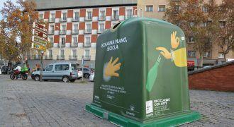 """contenedor vinilado para la campaña """"Echa una mano, recicla"""""""