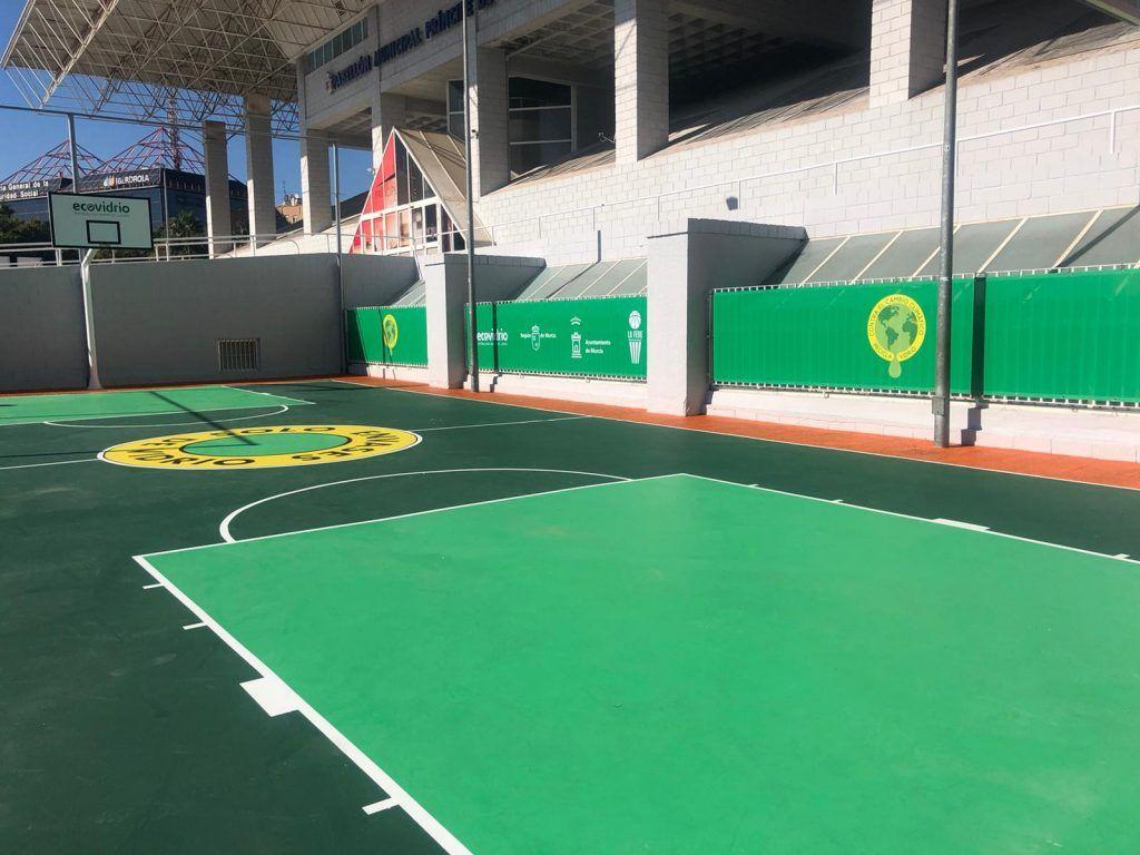 pista de baloncesto hecha con vidrio reciclado