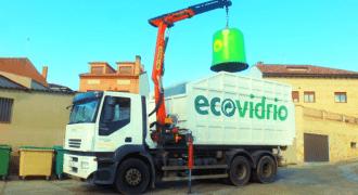 camion de reciclaje recogiendo contenedor