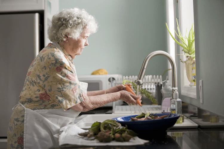 persona mayor usando ecoinventos caseros para ahorrar agua