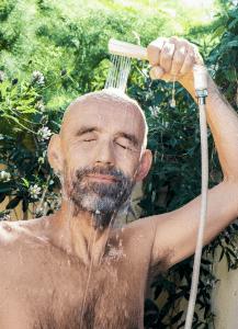 hombre duchandose con un ecoinvento sostenible para el ahorro de agua