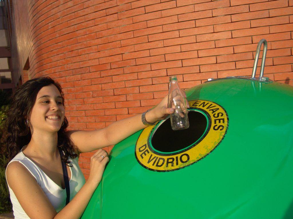 chica reciclando vidrio