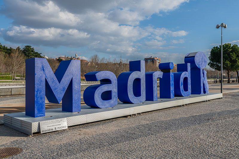 monumento de Ecovidrio de letras de vidrio reciclado en Madrid