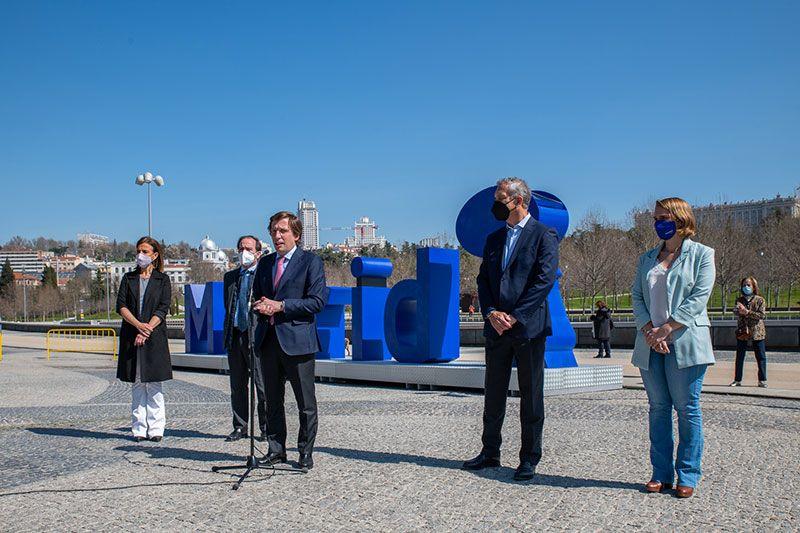 ecovidrio y ayuntamiento de Madrid regalan monumento de vidrio reciclado en Madrid Río
