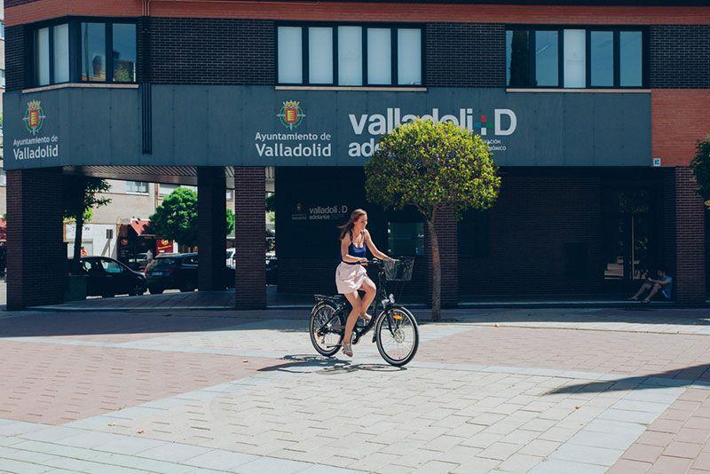 chica en bicicleta en Valladolid