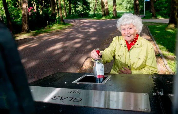 Miep Kuiper precursora de los contenedores de vidrio