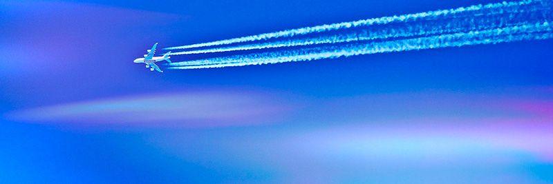 chemtrails en el cielo saliendo de un avión