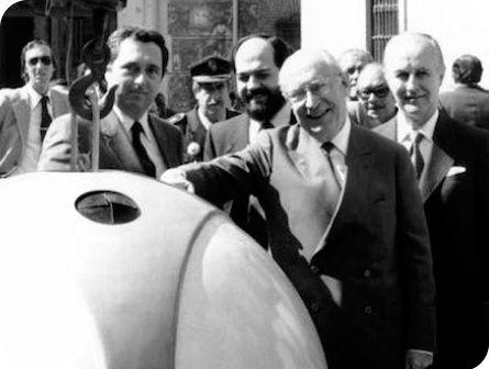 Enrique Tierno Galván deposita botella de vidrio en uno de los primeros contenedores de vidrio