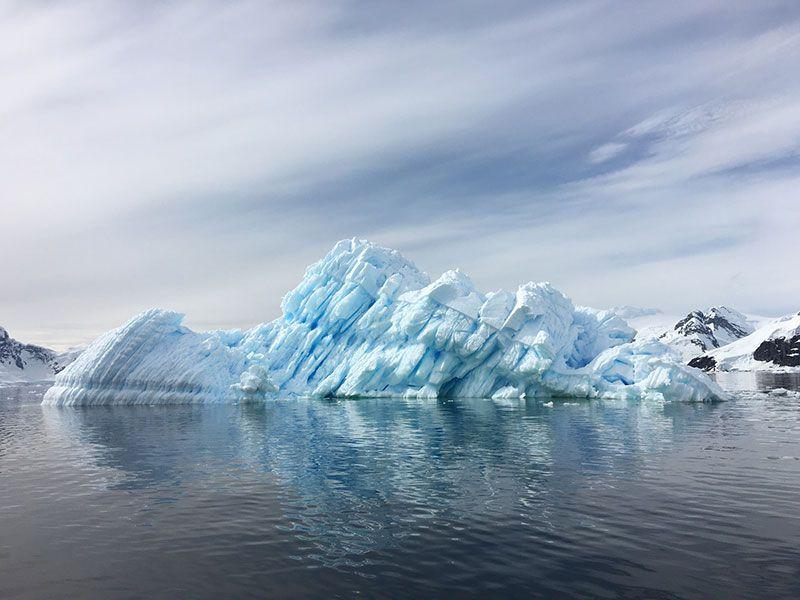 un glaciar en proceso de derretimiento en la antartida