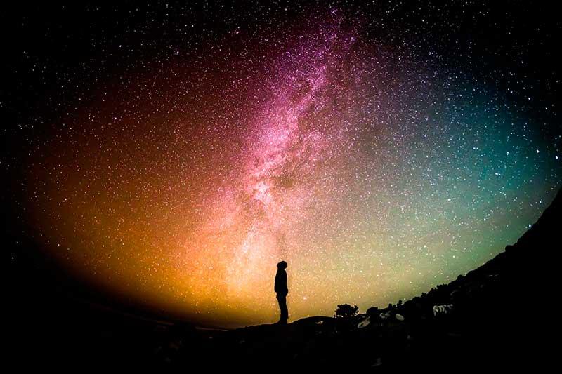 persona observando bonita lluvia de estrellas
