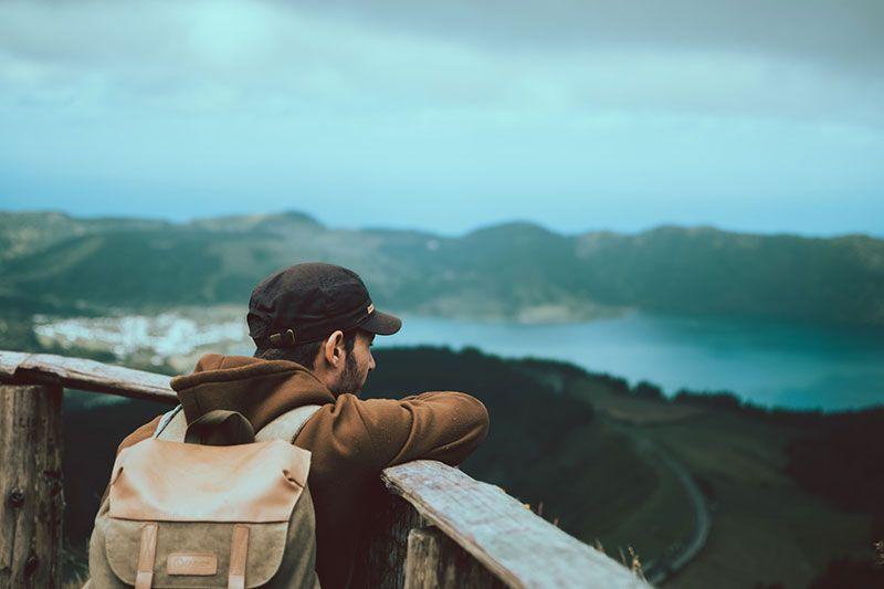 turista se asoma desde un mirador