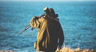 hombre con cámara de fotos para hacer birdwatching
