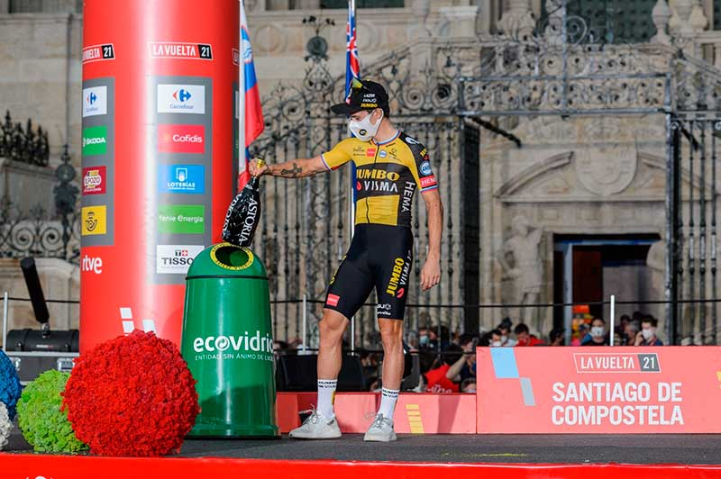 El ganador de la Vuelta 2021, Primoz Roglic, recicla botella en meta