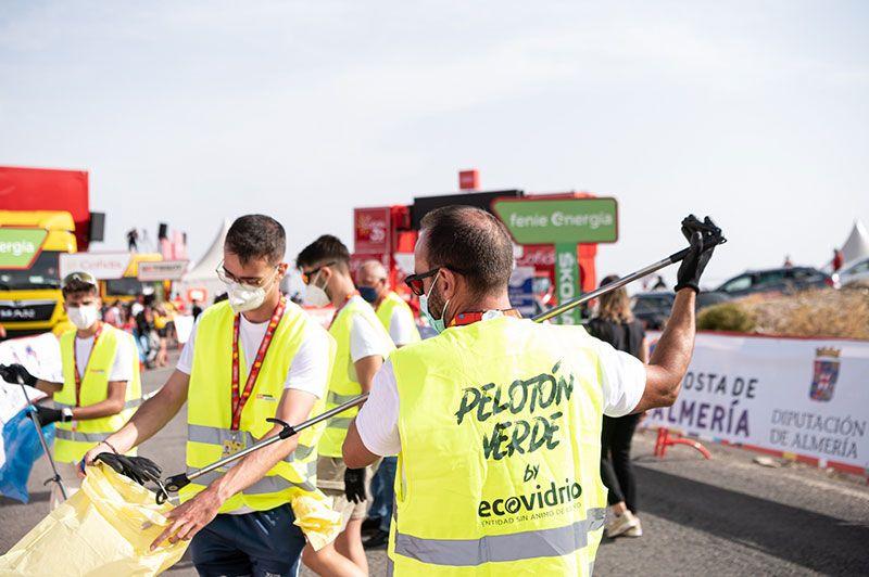 voluntarios del pelotón verde de ecovidrio en la vuelta cilista