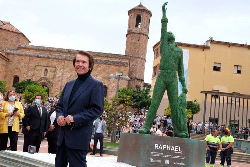 estatua de raphael de vidrio reciclado en Linares